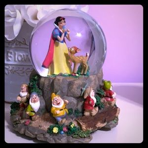 Heigh-ho Disney Snow White snow globe